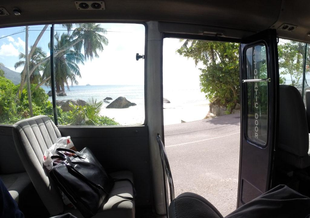 Et glimt av stranden fra taxien