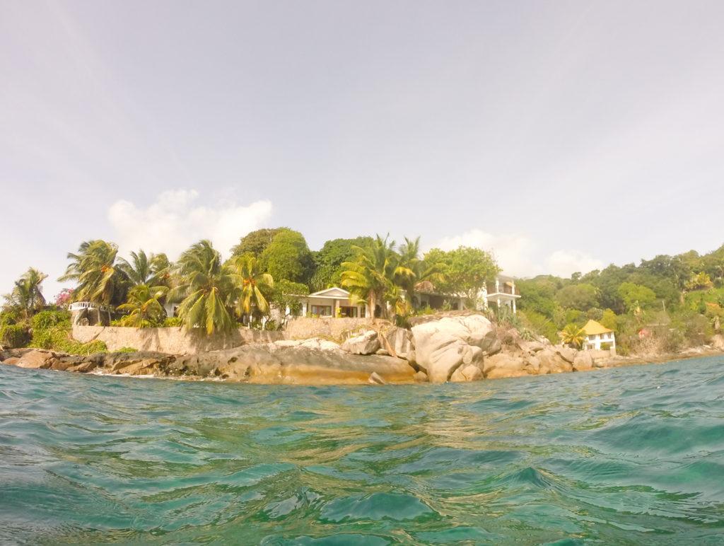 Bungalowen vår sett fra vannet