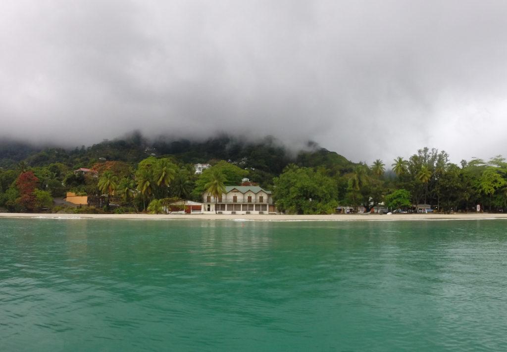 Beau Vallon stranden under tåken